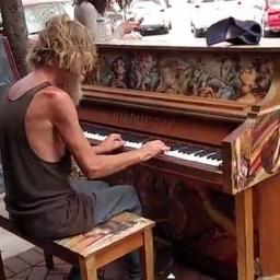 Bezdomny podszedł do pianina na ulicy, to co stało się potem jest magiczne