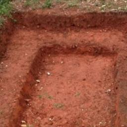 Wykopał dziurę w ogrodzie i zaczął wokół układać kamienie. Gdy skończył, byłam p