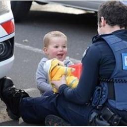 Gdyby nie ten policjant, dwuletni Flint miałby straszną traumę. Jego mamę przeje