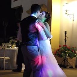 Zaczęli tańczyć na własnym weselu, ale nagle odsunęli się od siebie i zrobili co