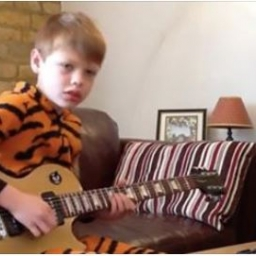 To, jak ten dziesięciolatek gra to jedno. A jego genialne miny i ruchy to drugie