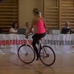 Zaczęła jeździć w kółko na rowerze, jednak chwilę później przecierałem oczy ze z