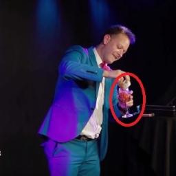 Iluzjonista wypił zawartość kieliszka, po czym zaprosił na scenę swoją dziewczyn