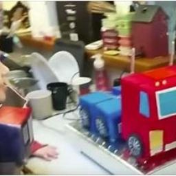 Zdmuchnął świeczki na urodzinowym torcie, a potem z wrażenia zaniemówił! No to z
