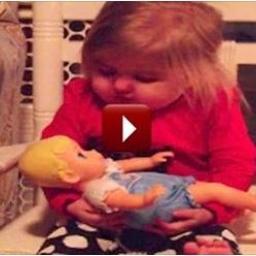 Dziewczynka zadecydowała, że jej lalka powinna już położyć się spać, więc... zaś