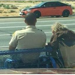 W upalny dzień przysiadł na ławce, aby dotrzymać towarzystwa niepełnosprawnemu s