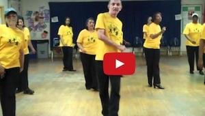 To jak tańczy nie zdradza tego, że ma 70 lat! Musisz to zobaczyć