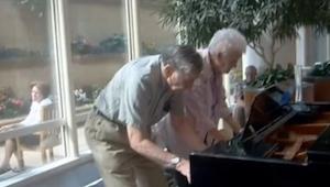 W poczekalni kliniki, ta starsza para zrobiła coś fantastycznego.