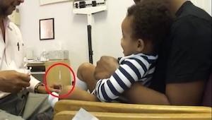 Podał dziecku zastrzyk, zobacz dlaczego dziecko śmieje się zamiast płakać