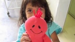 Dziewczynka chowa swoją chorobę za pluszakiem, na szczęście dobrzy ludzie chciel
