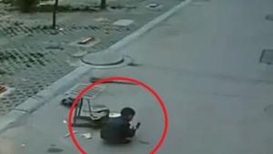 Chłopczyk bawi się na ulicy, zaraz zobaczysz prawdziwy cud!