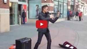 Wygląda jak zwykły muzyk uliczny, wtedy zrobił coś niespodziewanego