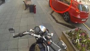 Kierowca wyrzucił śmieci na ulicę, wtedy ten motyklista zrobił coś pięknego