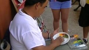 Uliczny artysta wziął talerz i zaczął na nim mazać palcem. Efekt powala