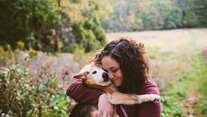 Wzruszające zdjęcia kobiety żegnającej się ze swoim psem po 16 latach bycia raze
