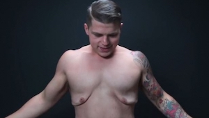 Schudł 80 kg, teraz chce pokazać jak wygląda nadmiar skóry na jego ciele