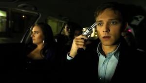 Wracali z imprezy, wtedy wyciągnął pistolet. Ten film mocno porusza