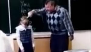 Agresywny nauczyciel zaczyna uderzać dziewczynkę po twarzy, jej reakcja nie mogł