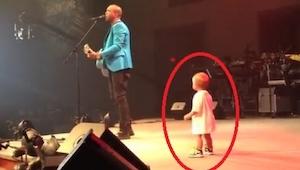 Maluch wszedł na scenę by przytulić się do tatusia, jednak to co zrobił potem po