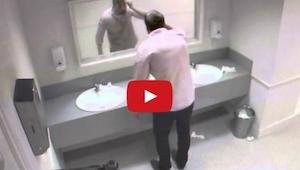 Poszedł skorzystać z toalety, nie miał zielonego pojęcia co się zaraz stanie!