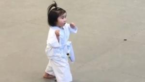 Przysięga taekwondo w wykonaniu trzylatki... Co za hart ducha :)