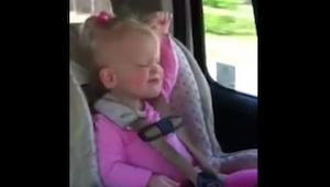Dziewczynka zaskoczyła mamę gdy usłyszała w radio swoją ulubioną piosenkę. Zobac