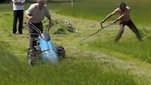 Obaj koszą trawę, jednak patrz uważnie na tego po prawej stronie. O rany!