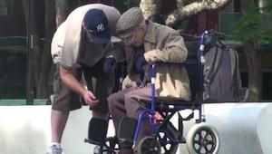 Pomagał starszemu panu wstać z wózka. Gdy podał mu rękę, z wrażenia aż podskoczy