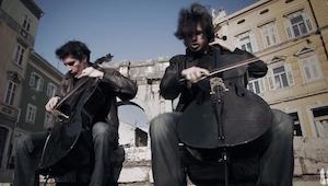 Dwóch przystojnych wiolonczelistów zagrało w centrum miasta nietypowy utwór... N
