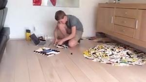 Chłopak zaczął układać klocki LEGO, gdy zobaczysz co zbudował będziesz w szoku.