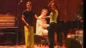 Widzisz mężczyznę w zółtych spodniach? Obserwuj jego nogi gdy tylko zacznie się