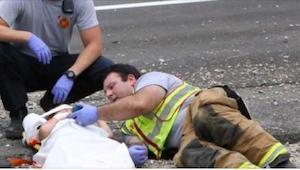 Strażak położył się obok rannego dziecka i wyjął telefon... Nie uwierzysz, po co