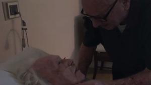 Wnuczka nagrała swojego dziadka śpiewającego romantyczną piosenkę umierajacej żo