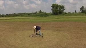 To, co ten mężczyzna zrobił na polu, jest nieprawdopodobne! Czapki z głów!