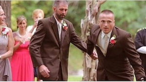 Ojciec panny młodej niespodziewanie przerwał mszę ślubną, by wyciągnąć na środek