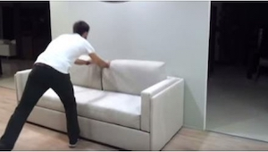 Wygląda jak zwykła sofa, ale tylko poczekajcie aż zobaczycie, co skrywa w środku