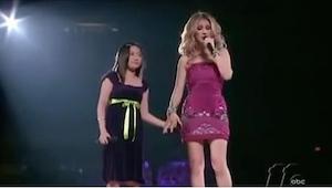 Celine Dion wyciągnęła na scenę nieśmiałą dziewczynkę. Gdy mała zaczęła śpiewać,