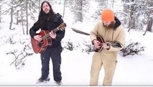 Folkowy duet wykonuje piosenkę w lesie, gdy nagle wilki zaczynają wyć do akompan