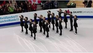 16 łyżwiarzy ustawiło się w czterech rzędach. Gdy włączyli muzykę, z wrażenia sz