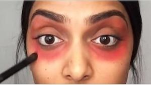 Nałożyła czerwoną szminkę wokół oczu i to całkowicie zmieniło jej twarz!