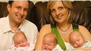 Rodzice trzymali w ramionach trójkę tragicznie zmarłych dzieci. Rok później stał