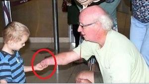 Pierwszy raz w życiu widzi swojego dziadka. Zobaczcie, co się dzieje, gdy chłopi