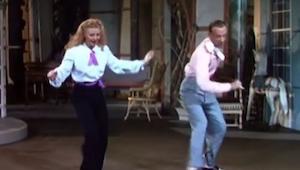 Podłożyli współczesną piosenkę do starych filmów, efekt powala!