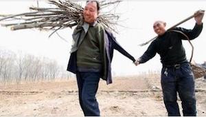 Mężczyzna bez rąk i jego niewidomy przyjaciel posadzili ponad 10 tysięcy drzew w