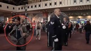 Gdy ta kobieta zdjęła płaszcz w muzeum nikt nawet nie przypuszczał, co zaraz się
