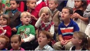 Mała dziewczynka dała swoim głuchoniemym rodzicom najlepszy prezent świąteczny,