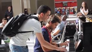 Dwóch podróżnych zagrało wspólnie na pianinie, coś niesamowitego!