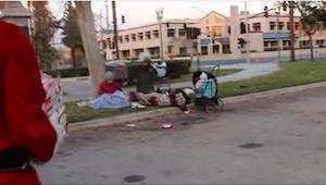 Ten chłopak podszedł do bezdomnych. Przyjrzyjcie się uważnie temu, co trzyma w r