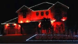 Właściciel domu udekorował obejście na czerwono, ale poczekajcie, aż włączy resz