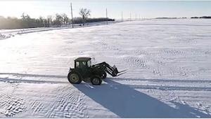 Na polu został samotny rolnik... Gdy kamera przybliży się, zobaczycie coś niesam